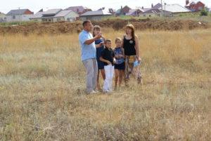 Сколько соток земли выдают многодетным семьям за третьего ребенка