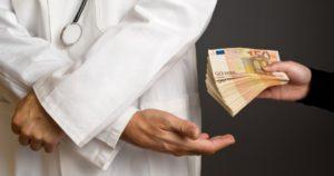Врачи в болбнице вымогают взятку если нет денег как быть?
